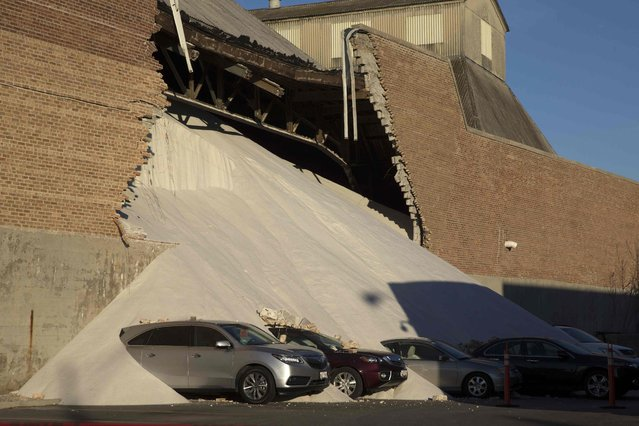 A partially collapsed wall at the Morton Salt facility gave way to tons of salt being dumped onto parked cars at an adjacent car dealership in Chicago, Illinois, December 30, 2014. No injuries were reported in the incident but several cars were covered in salt. (Photo by Andrew Nelles/Reuters)