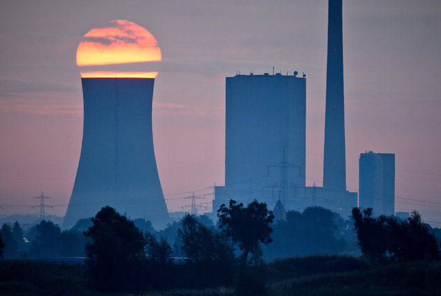 The sun rises over the coal- fired power station in Hanover, Germany, 22 August 2017. (Photo by Julian Stratenschulte/DPA/Bildfunk)