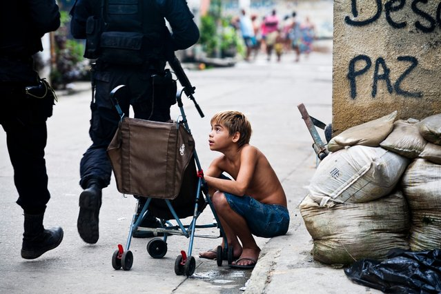 The military police occupy Cajú, a favela in the docklands area of Rio. (Photo by A.F. Rodrigues/Horniman Museum)