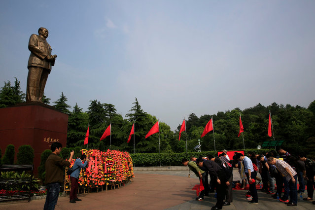 Chinese visitors bow in front of Mao Zedong's giant statue on Mao Zedong Bronze Statue Square in Shaoshan, Hunan Province in central China, 28 April 2016. (Photo by How Hwee Young/EPA)