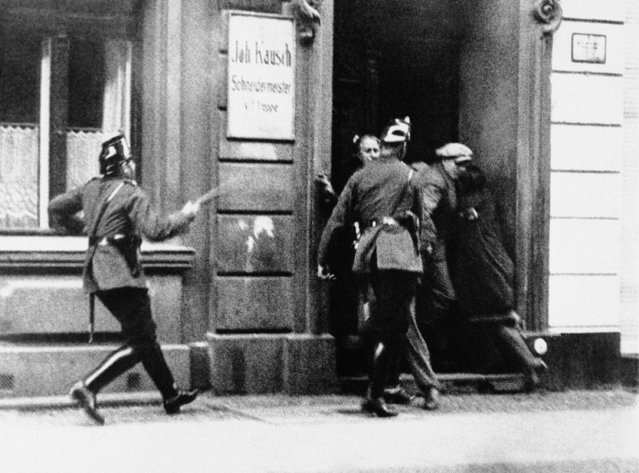 Berlin police are keeping the people from leaving their homes during a outbreak between the National Socialists and the Communists, the German government set up a dictatorship over the entire state of Prussia July 20, 1932, and the army has replaced the police as supervisors of the law. (Photo by AP Photo)