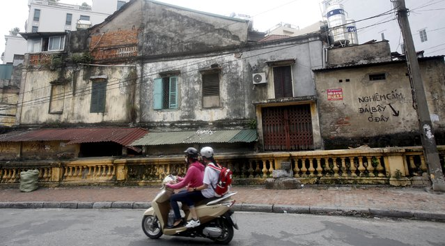 """Writing which reads """"No urinating!"""" is seen on a wall along a street in Hanoi, Vietnam, October 8, 2015. (Photo by Reuters/Kham)"""