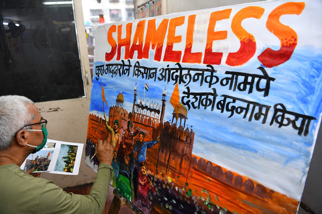 A school teacher paints a depiction of the Red Fort to condemn the violence a day after farmers went on the rampage in the capital, leaving one person dead and dozens injured, in Mumbai on January 27, 2021. (Photo by Indranil Mukherjee/AFP Photo)