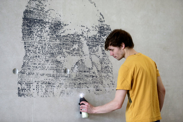 Uku Pira holds a mobile phone application controlled spray can as he designs a wall in Tallinn international airport, Estonia, November 8, 2016. This new painting tool allows users to reproduce artwork on any surface, including walls, cars, surfboards and furniture. SprayPrinter inventor Richard Murutar combined a car engine, gaming console, and a smart phone app to make it. (Photo by Ints Kalnins/Reuters)