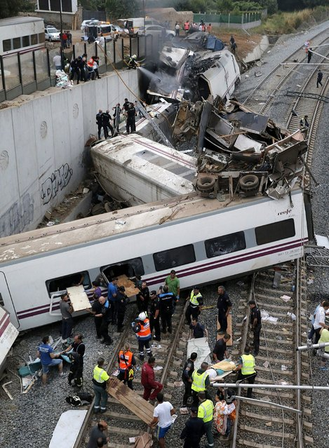 Emergency members attend to passengers injured in a train accident that derailed near Santiago de Compostela, Spain, Wednesday, July 24, 2013. (Photo by Lavandeira Jr./EFE via Zuma Press/MCT)