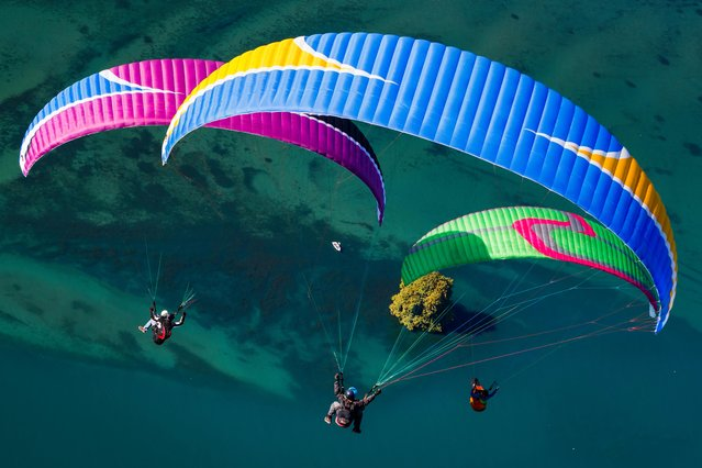 "Paragliders fly towards the landing area of the ""Acro Show"" above Lake Geneva in Villeneuve, Switzerland on Sunday, August 26, 2018. (Photo by Valentin Flauraud/Keystone via AP Photo)"