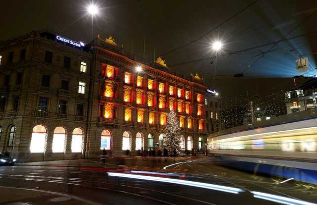 A long-time exposure shows Christmas decorations at the headquarters of Swiss bank Credit Suisse at the Paradeplatz square in Zurich, Switzerland December 7, 2016. (Photo by Arnd Wiegmann/Reuters)