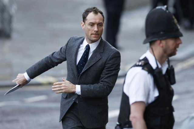 Actor Jude Law arrives to give evidence at the Old Bailey courthouse in London January 27, 2014. Former News International chief executive Rebekah Brooks and seven other defendants are on trial with various charges related to phone-hacking, illegal payments to officials for stories, and hindering police investigations. They all deny the charges linked to a scandal that shook the British establishment. (Photo by Suzanne Plunkett/Reuters)