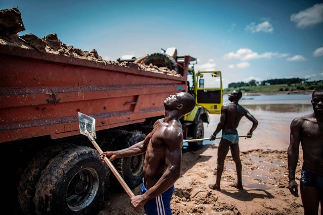 Sand diggers are seen loading trucks at a quarry on the banks of the Congo river in the Kombe district of Brazzaville on March 28, 2016. (Photo by Marco Longari/AFP Photo)