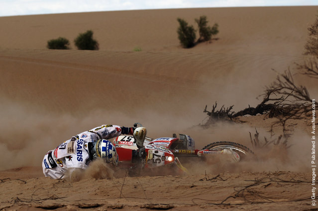 Daniel Willemsen of the Netherlands and Team Honda Europe crashes into the sand during stage five of the 2012 Dakar Rally