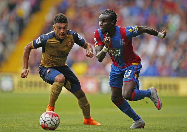 Football, Crystal Palace vs Arsenal, Barclays Premier League, Selhurst Park on August 16, 2015: Arsenal's Alex Oxlade Chamberlain in action with Crystal Palace's Pape Souare. (Photo by John Sibley/Reuters/Action Images)