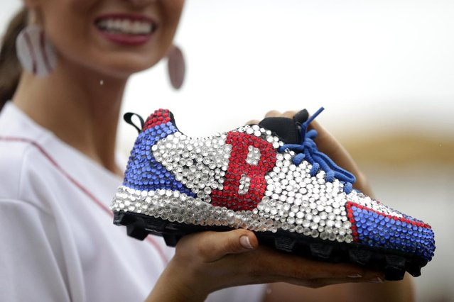 Miss Massachusetts Lauren Kuhn displays her shoe during the Miss America Shoe Parade at the Atlantic City boardwalk, Saturday, September 13, 2014, in Atlantic City, N.J. (Photo by Julio Cortez/AP Photo)