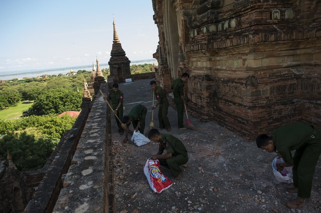 Myanmar military staff collect the pieces of bricks at the damaged ancient Htilominlo Temple on August 25, 2016, after a 6.8 magnitude earthquake hit Bagan. (Photo by Ye Aung Thu/AFP Photo)