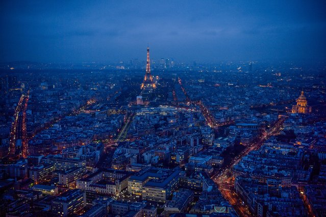 This general view taken from the rooftop of The Tour Montparnasse at twilight on January 8, 2018, shows The Eiffel Tower (C) and The Dome des Invalides (R) in Paris. (Photo by Christophe Simon/AFP Photo)