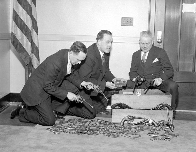 G-men get rid of old guns, 1934. (Photo by Leslie Jones)