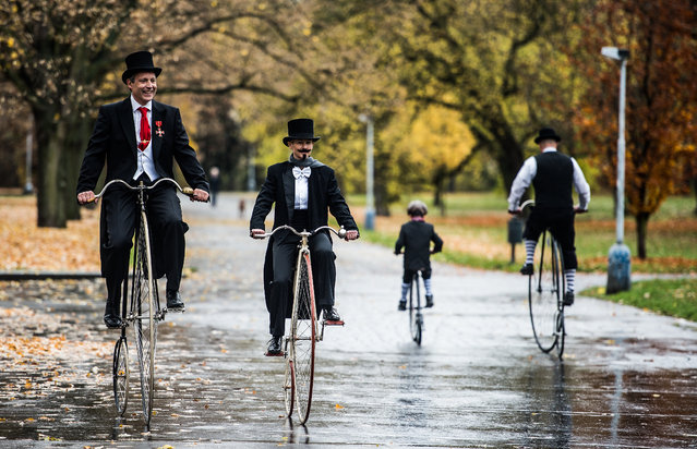 Participants wearing historical attire compete on historical high wheel Penny Farthing bicycles in the traditional 'One Mile Race' at Letna Park in Prague, Czech Republic, November 7, 2015. The meeting of Penny Farthing bicycles is taking place for the 22th time. (Photo by Filip Singer/EPA)