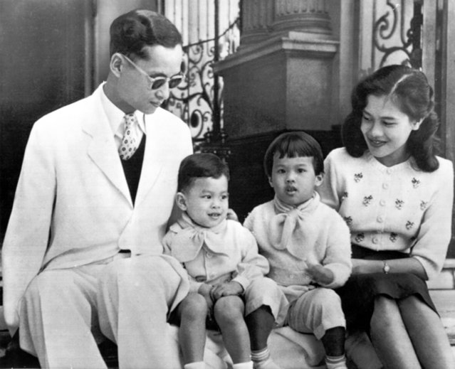 The Royal family of Thailand poses for a recent photograph on the steps of Bangkok's Chitralda Palace, February 28, 1955. With King Bhumibol Adulyadej, 27, and Queen Sirikit, 23, are their Children, Crown Prince Vajiralongkorn, 2, left, and Princess Ubol Ratana, 3. (Photo by AP Photo)