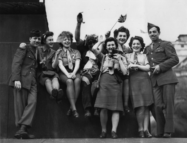 A group of ATS and American soldiers celebrate VE Day in Trafalgar Square, 8th May 1945. (Photo by Keystone/Getty Images)