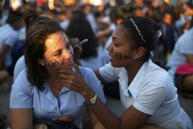 Mourners paint each other's faces as they gather to pay tribute to Cuba's late President Fidel Castro at Revolution Square in Havana, Cuba, November 29, 2016. (Photo by Edgard Garrido/Reuters)