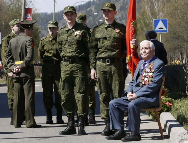 Alexei Samokhin, 90-year-old World War Two veteran and companion of the Order of Glory, waits for the Victory Day parade in Divnogorsk, Russia, May 9, 2015. (Photo by Ilya Naymushin/Reuters)