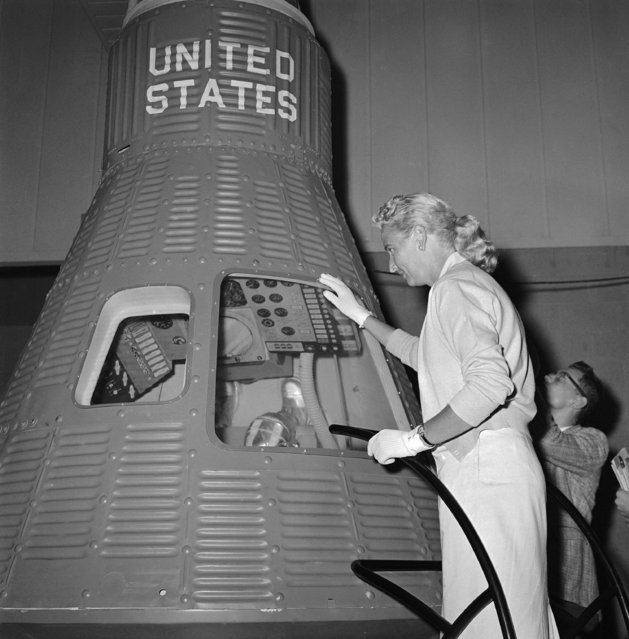 In this May 26, 1961 file photo, Jerri Cobb looks into a full-scale model of the Mercury capsule which carried Alan Shepard into space, in Tulsa, Okla. Cobb, NASA's first female astronaut candidate, died in Florida at the age of 88 on March 18, 2019. (Photo by William P. Straeter/AP Photo)
