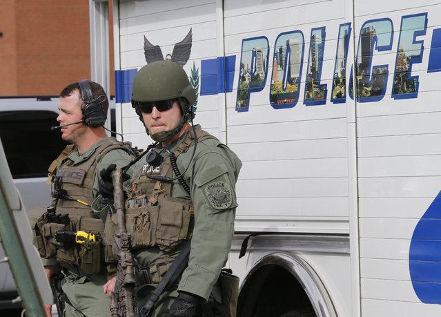 Richmond SWAT team members prepare to leave a Greyhound bus station Thursday, March 31, 2016 in Richmond, Va. Police say the suspect in a shooting at the bus station has died. (Photo by Steve Helber/AP Photo)