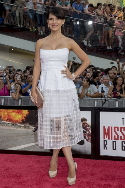 """Hilaria Baldwin poses on the red carpet for a screening of the film """"Mission Impossible: Rogue Nation"""" in New York July 27, 2015. (Photo by Brendan McDermid/Reuters)"""