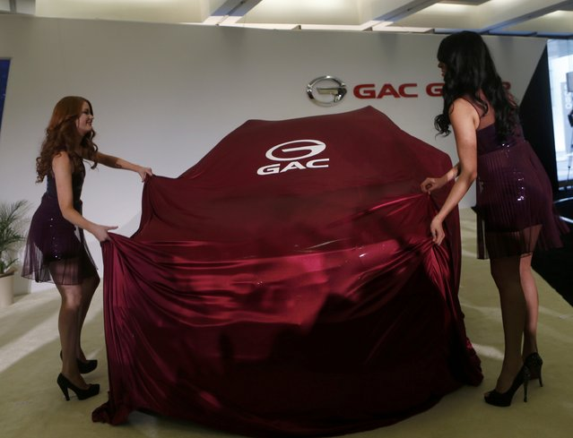 Two models unveil the Chinese Guangzhou Automobile Group (GAC) GS4 during its world debut at the first press preview day of the North American International Auto Show in Detroit, Michigan January 12, 2015. (Photo by Rebecca Cook/Reuters)