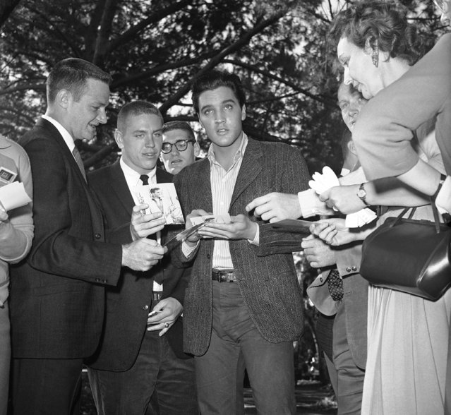 Members of Duke University's football team cluster around Elvis Presley for his autograph during a visit to Twentieth Century-Fox studio where Presley is making a movie in Hollywood, on December 2, 1960. (Photo by Ellis R. Bosworth/AP Photo)