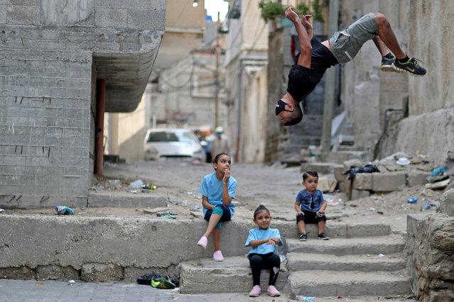 Palestinian athlete Ahmed Abu Hasira demonstrates his parkour skills during a lockdown amid the coronavirus disease (COVID-19) outbreak in Gaza City on September 8, 2020. (Photo by Mohammed Salem/Reuters)