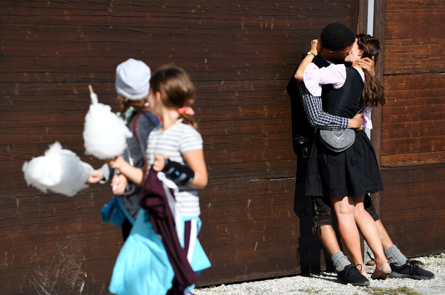 Visitors kiss during the opening day of the 185th Oktoberfest in Munich, Germany on September 22, 2018. (Photo by Andreas Gebert/Reuters)