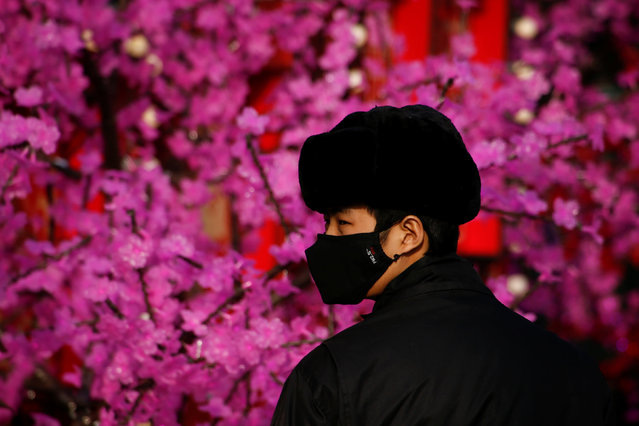 A security guard wears a face mask in Beijing, China, January 3, 2017. (Photo by Thomas Peter/Reuters)