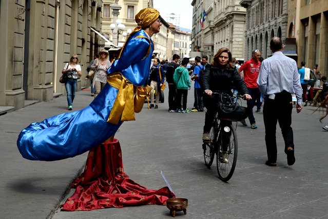 A street artist performs in central Florence on 23 April 2015. (Photo by Tiziana Fabi/AFP Photo)