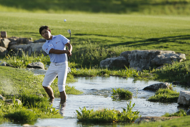 Si Woo Kim of Korea plays a shot on the 18th hole during the final round of the 2019 Valero Texas Open at TPC San Antonio Oaks Course on April 07, 2019 in San Antonio, Texas. (Photo by Michael Reaves/Getty Images)