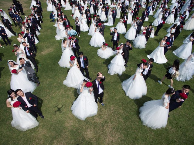 Newlywed couples attend a mass wedding ceremony in Hangzhou, Zhejiang province, China April 30, 2016. (Photo by Reuters/Stringer)