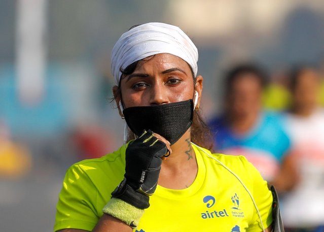 A runner wearing a face mask for protection from air pollution takes part in the Airtel Delhi Half Marathon in New Delhi, India, October 20, 2019. (Photo by Anushree Fadnavis/Reuters)