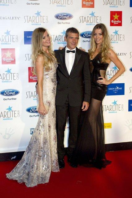 (L-R) Nicole Kimpel, Antonio Banderas and Barbara Kimpel attend Starlite Gala on August 9, 2015 in Marbella, Spain. (Photo by Daniel Perez/Getty Images)