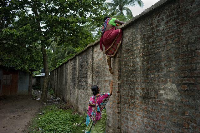 India and Bangladesh – The Wall and Fear by Gaël Turine – In 1993, India began building a dividing wall over a distance of 3 200 kilometers (approximately 2000 miles), separating it from neighboring Bangladesh. (Photo by Gaël Turine/Agence VU)