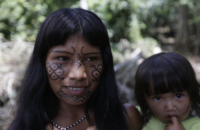 "A Ka'apor Indian woman and her daughter in a jungle camp of one of their ""protected areas"" from where they expelled loggers who they found illegally working in the Alto Turiacu Indian territory, near the Centro do Guilherme municipality in the northeast of Maranhao state in the Amazon basin, August 3, 2014. (Photo by Lunae Parracho/Reuters)"