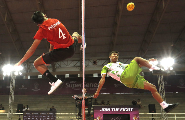 Sepak Takraw, ISTAF Super Series Finals Thailand 2014/2015, Nakhon Pathom Municipal Gymnasium, Huyjorake Maung, Nakonprathom, Thailand on October 20, 2015: Philippines' Rheyjhey Ortouste in action with Myanmar's Thant Zin Oo during the group stage. (Photo by Asia Sports Ventures/Action Images via Reuters)