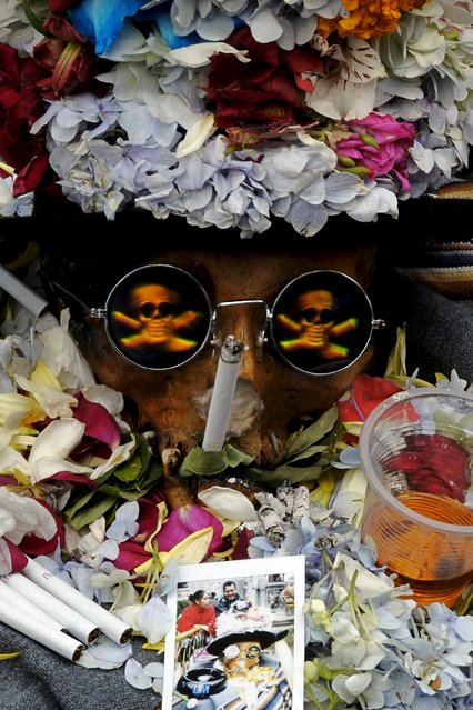 """A skull decorated with flowers and wearing glaces is pictured during a ceremony held for the """"Dia de las natitas"""" (Day of the Skull) celebrations at the General Cemetery of La Paz, November 8, 2015. (Photo by David Mercado/Reuters)"""