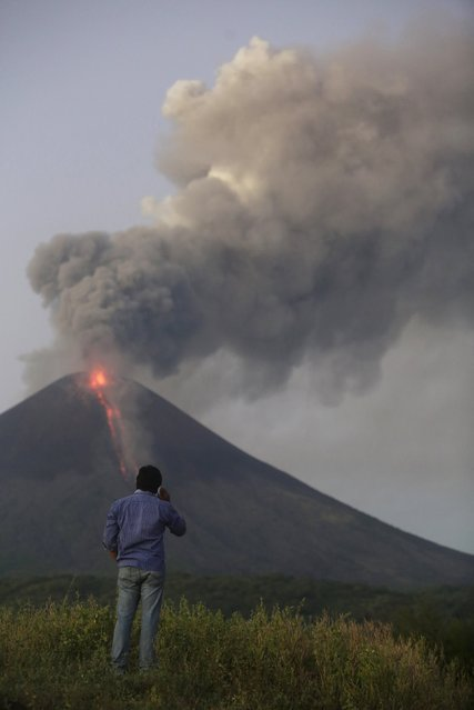 A journalist works around Momotombo volcano during an eruption as seen from Papalonal village, Nicaragua, December 2, 2015. (Photo by Reuters/Stringer)