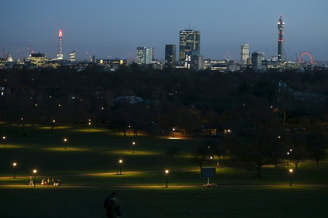 Visitors to Primrose Hill walk through the park in the early evening in London, Britain, December 29, 2015. (Photo by Peter Nicholls/Reuters)
