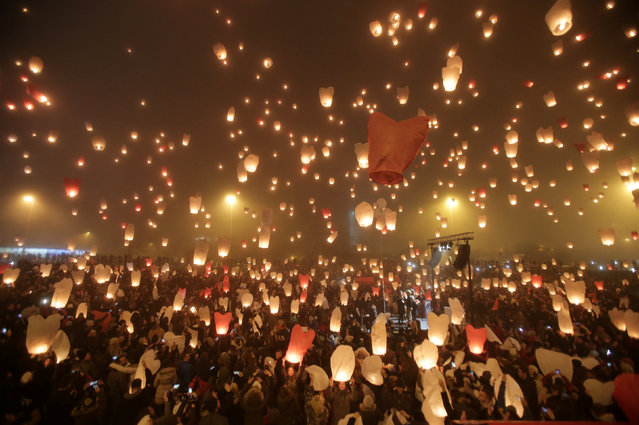 """Participants release sky lanterns during the """"Christmas light of wishes"""" event in Zagreb, Croatia, December 17, 2016. (Photo by Antonio Bronic/Reuters)"""