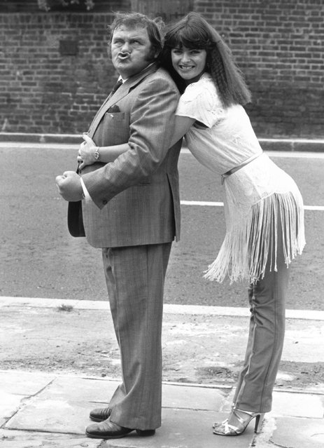 """British comedian Les Dawson (1934 – 1993) with """"Crackerjack"""" girl Jan Michelle, on 11th August 1980.  (Photo by Mike Lawn/Evening Standard/Getty Images)"""