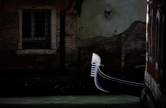 A gondola makes its way through a channel in downtown Venice, Italy February 18, 2017. (Photo by Alessandro Bianchi/Reuters)