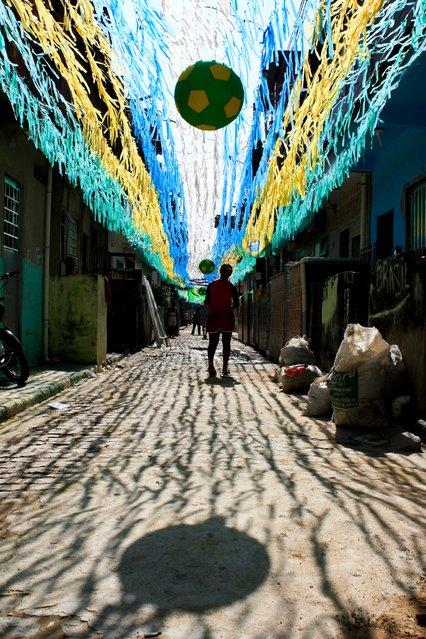 Street decoration at Morro das Palmeiras in the Alemão complex. (Photo by Elisângela Leite/Horniman Museum)