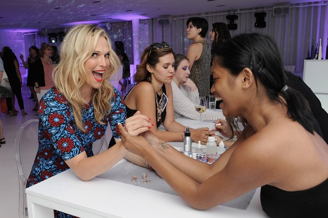 Model Molly Sims (L) attends the Philips Sonicare DiamondClean Amethyst launch on July 21, 2015 in New York City. (Photo by D. Dipasupil/Getty Images for Philips Sonicare)