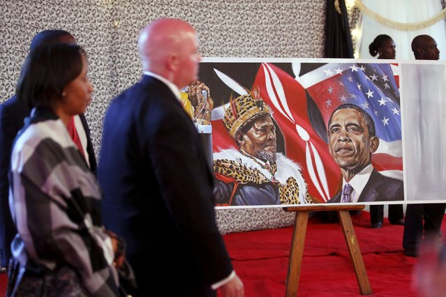 A portrait of Kenya's founding father Jomo Kenyatta (L) and U.S. President Barack Obama is unveiled as Kenya's President Uhuru Kenyatta plays host to a state dinner in Obama's honor at the State House in Nairobi July 25, 2015. (Photo by Jonathan Ernst/Reuters)