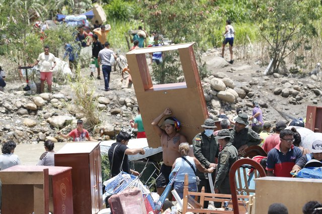 People carrying their belongings arrive in Colombia after crossing the Tachira river border with Venezuela, near Villa del Rosario village August 25, 2015. (Photo by Jose Miguel Gomez/Reuters)